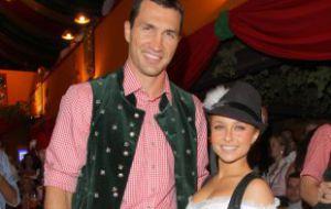 Украинский боксер Владимир Кличко проинформировал, что у него и американской актрисы и певицы Хейден Панеттьер родилась дочь. Девочку назвали Кайа Евдокия, сообщает РИА Новости.