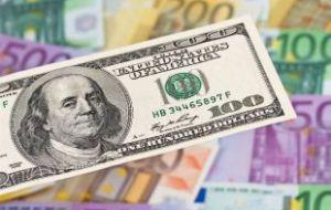 Курсы доллара и евро на выходные выросли больше чем на рубль