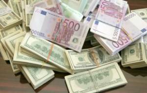 Официальные курсы евро и доллара упали более чем на два рубля