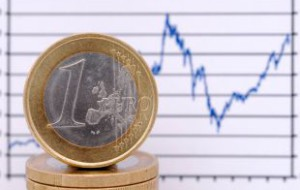 Курс евро на бирже впервые с декабря упал ниже 64 рублей