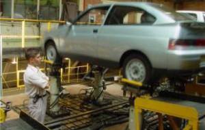 Продажи легковых автомобилей в России в марте упали на 42,5%