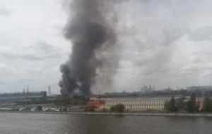 Вертолеты МЧС тушат пожар на бывшем заводе ЗИЛ в Москве