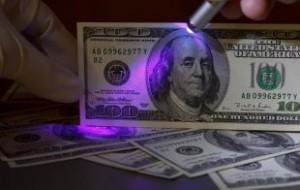 Официальный курс доллара на выходные и понедельник упал до 56,67 рубля