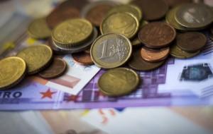 Евро подорожал еще на рубль