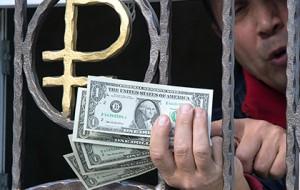 ЦБ зафиксировал всплеск интереса россиян к доллару и евро