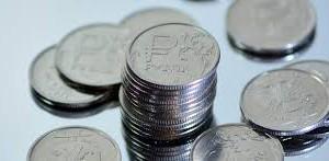 Рубль отыгрывает позиции у доллара на утренних торгах