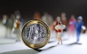 Рубль обрушился на бирже, доллар взлетел выше 67 рублей