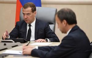 Медведев ограничил госзакупку иностранных лекарств