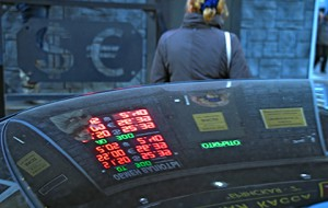 Центробанк поднял евро выше 83 рублей