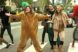 Голливудские актеры сыграли мюзикл «Король Лев» на пешеходном переходе