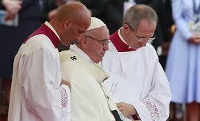 Папа Римский упал в обморок во время мессы в Польше