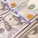 Курс доллара снизился на шесть копеек в среду утром