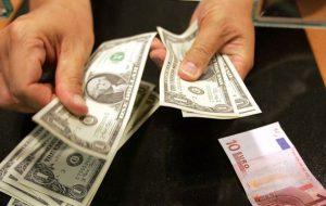 Центробанк поднял официальные курсы евро и доллара