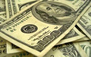 Цена доллара поднималась до 66 рублей