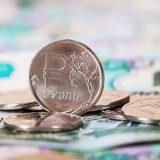 Курс рубля снизился на открытии торгов в пятницу