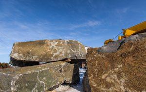 Надгробия из карельского гранита: достоинства материала и особенности оформления памятников