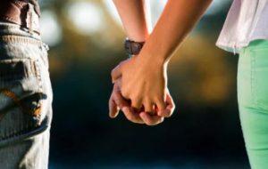 Держание за руки синхронизирует мозговые волны и облегчает боль