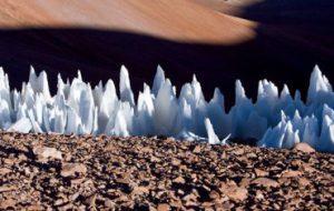 Поля высоких ледяных шипов могут осложнить посадку на спутнике Юпитера