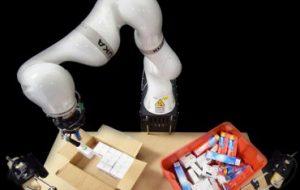Рука-робот под контролем ИИ быстрее упаковывает коробки
