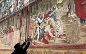 В Сикстинской капелле вывесили гобелены, созданные по эскизам Рафаэля