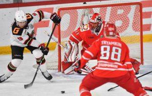 Екатеринбургский клуб после поражения «Авангарду» в четвертом матче 1/8 финала плей-офф КХЛ публично раскритиковал судейство