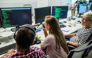 В каком возрасте женщины перепрофилируются в IT-сфере