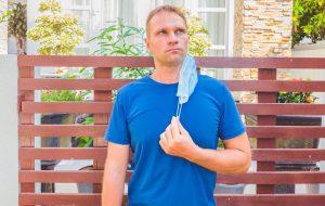 Общительные мужчины-эгоисты больше других пренебрегают защитой от COVID-19