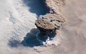 Ученые определили, почему в 2019 году произошло извержение вулкана Райкоке